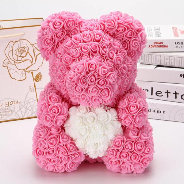 Medvedek iz penastih vrtnic rosa barve zbelim srčkom, 40 cm