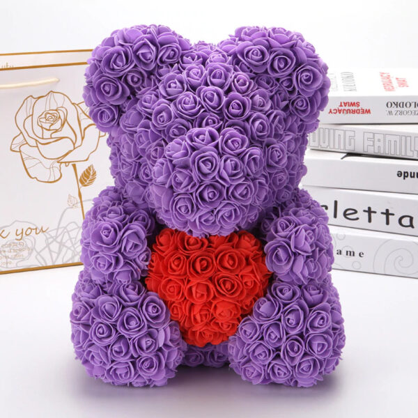 Medvedek iz penastih vrtnic violčne barve z rdečim srčkom, 40cm