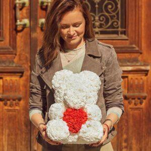 Medvedek-iz-vrtnic-bele-barve-z-rdečim-srčkom-40cm