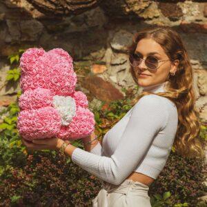 Medvedek-iz-vrtnic-roza-barve-z-belim-srčkom-40cm